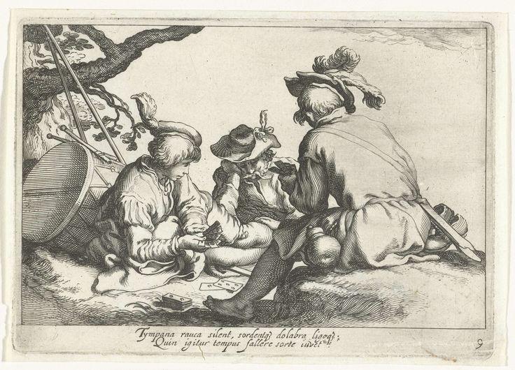 Cornelis Bloemaert (II) | Kaartspelende soldaten, Cornelis Bloemaert (II), Abraham Bloemaert, after c. 1625 | Drie soldaten spelen onder een boom een kaartspel. Met tweeregelig Latijns onderschrift.