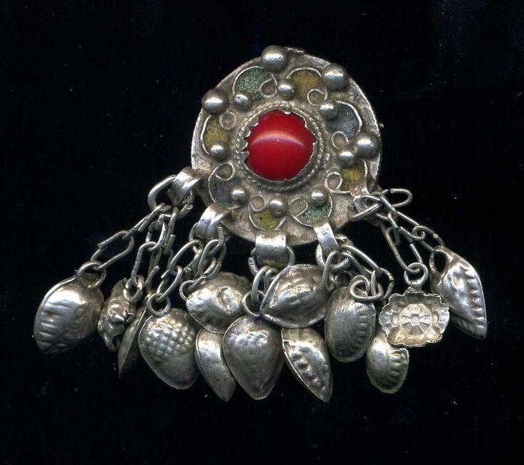 Algeria - argento e smalto antico e autentico perno Kabyle  Inizi del XX secolo  Dimensioni: Altezza circa 5 cm, larghezza cm 2,7  Peso (gr.): 24,10 grammi