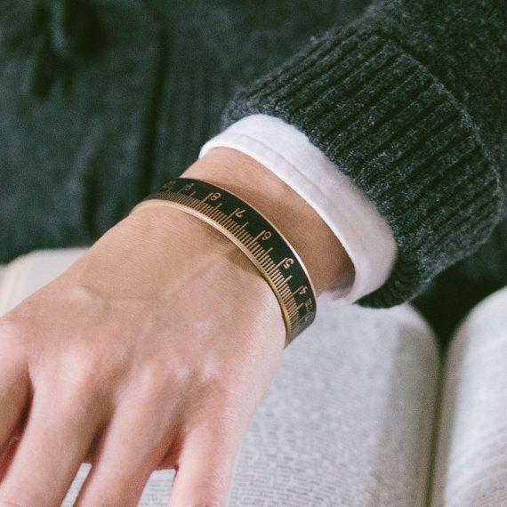 Ruban mesure Bracelet - artisans d'égout cadeau - Bracelet manchette maigre en règle - CM et MM - cadeau de couture - couturière couturière cadeaux
