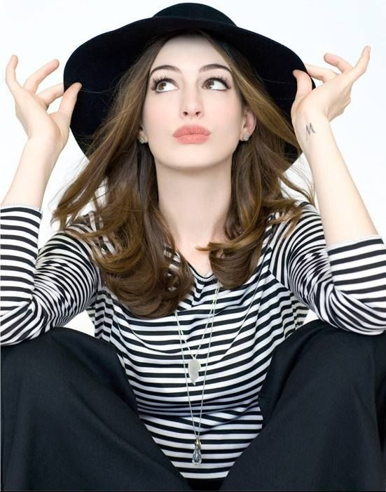 #Look de Anne Hathaway. #AnneHathaway realizó su debut actoral en 1999, en la serie de televisión Get Real. Después de que fue cancelada, fue elegida como Mia Thermopolis en la película de comedia familiar de Disney The Princess Diaries (2001),