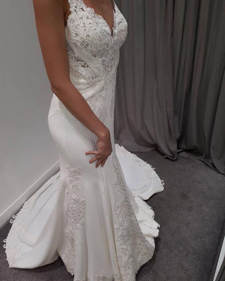 Długo wyczekiwana suknia ślubna z najnowszej kolekcji 2018 jest już dostępna w naszym salonie ESSENCE by ANNA! �������� Suknia ślubna @martinalianabridal 862 podkreśla dekolt i talię oraz uwodzicielsko odsłania plecy. Graficzna koronka Alencon naszywana ręcznie to  nowoczesny styl ślubny. Crepa Bellagio - elegancka i wyrafinowana, przepięknie tworzy idealną sylwetkę Panny Młodej�� ESSENCE by ANNA Katowice, ul. Andrzeja 19/2 Kreujemy piękno, wyznaczamy trendy���� www.anna-essence.pl…