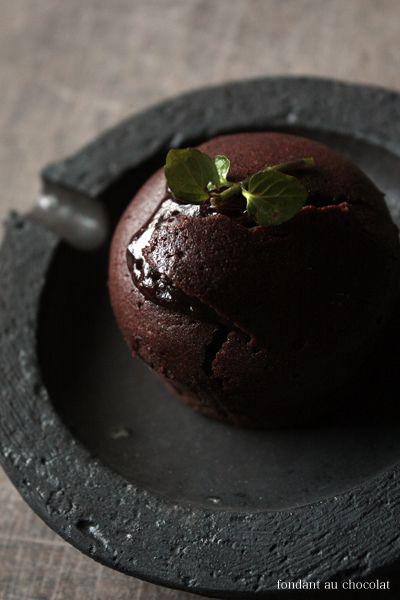 "Katsumi Machimura's ceramic with a "" Fondant au chocolat"" cake...Hummmmmmmmm !!"