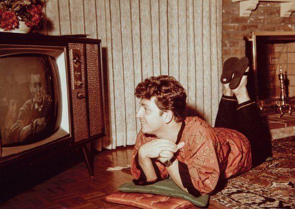 Zeki Müren, New York'taki otel odasında tv izlerken.