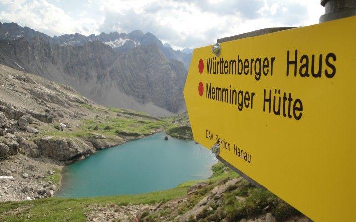 <p>Mitte Juli unternahm ich mit einem Freund eine dreitägige Hüttentour am Adlerweg. Eine Gegend die mich immer schon magisch anzog, sind die Lechtaler Alpen. Die schroffen Gipfel der Kalkalpen sowie die abgeschiedenen Seitentäler strahlen gleichzeitig Ruhe und Kraft aus. Ausgestattet mit einer detaillierten Wanderkarte über die Lechtaler Alpen von Kompass machten wir uns eifrig an …</p>