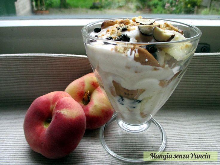 Non la solita colazione ma una coppa yogurt e pesche che si prepara rapidamente e con una golosa sorpresa dentro per chi è a dieta!