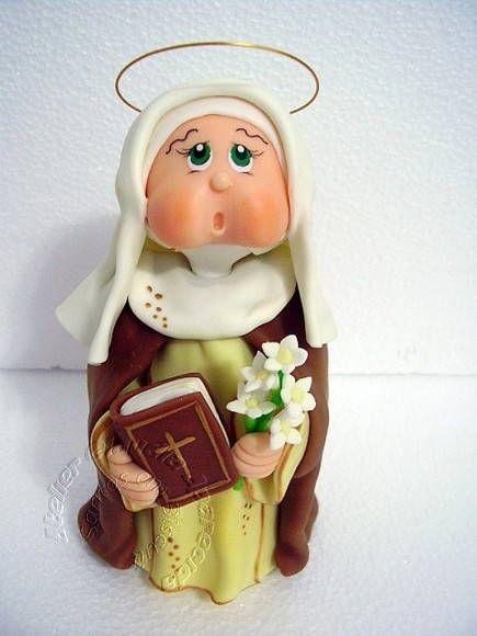 Santa Catarina de Sena modelada em biscuit com características infantis.  Elo7 - Atelier Claudia Aparecida