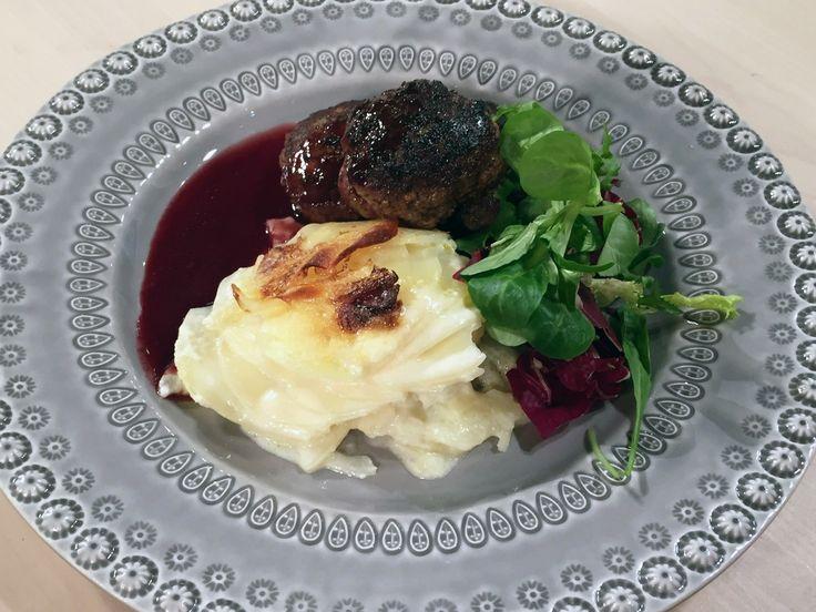 Örtiga färsbiffar med rödvinssky och potatisgratäng | Recept från Köket.se