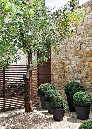 Quem chega à casa pela entrada principal visualiza o jardim, mas não pode acessá-lo por conta do painel vazado de ripas de madeira. Para pisar neste cantinho, só mesmo estando na sala