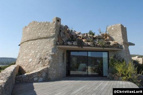 Audacieuse reconversion imaginée par Maurice Sauzet en Corse, cette villa se niche sur les ruines d'un ancien fort génois
