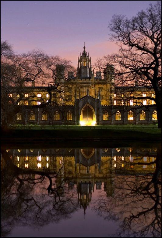 Foto de autor desconocido de exterior de la Universidad de Cambridge.Es la segunda universidad de habla inglesa más antigua, después de Oxford. Según la historia, la Universidad de Cambridge, en Inglaterra, fue fundada en 1209 por académicos que huyeron de Oxford.