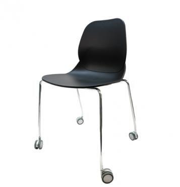 Elegantní plastová židle v černé barvě na kovových nohách s kolečky.   Pokud toužíte po nadčasovém interiéru, jsou pro Vás plastové křesílka to pravé. Velmi oblíbený design 50. let příjemně oživí Váš domov a navíc už nebudete chtít sedět na ničem jiném.  Tyto křesíkla můžete kombinovat s ostatními židlemi v různých barvách. Jsou vhodné jak k jídelnímu stolu tak například ke čtení nebo do chodby, kde je bude každý obdivovat.