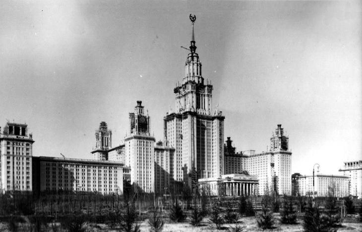 Фонтаны - часть воздухозаборной системы здания МГУ, под сквером - бетонная плита. Изначально здание должно быть гостиницей. 36 этажей ( последние прибавили во время строительства). На верху должна быть статуя Сталина или Ломоносова.