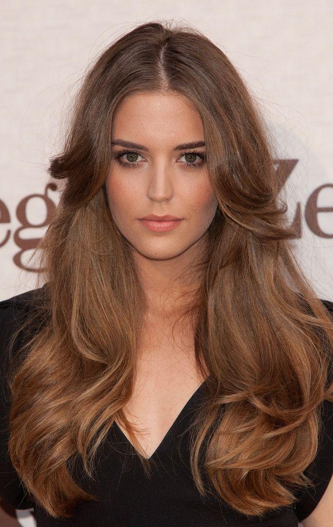 Ella es Clara Alonso. Ella pelo es muy bien. Ella maquillaje es perfecto en mi opinion. Ella es talentosa. Ella es modelo en Victoria Secret en 2009.