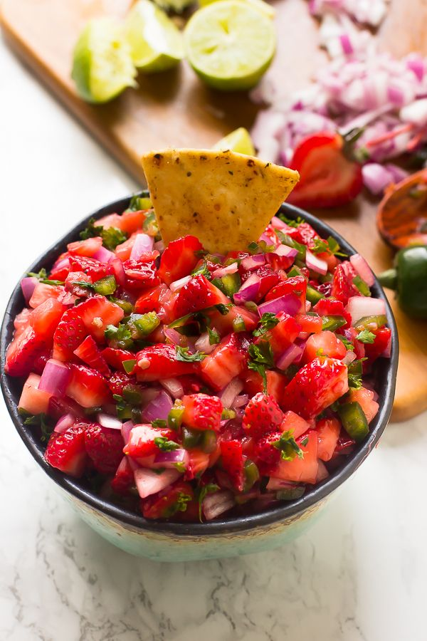 This Strawberry Jalapeno Salsa takes only 10 minutes with 5 ingredients! It's a delicious sweet and spicy salsa that is a total crowd pleaser and great for parties! via http://jessicainthekitchen.com