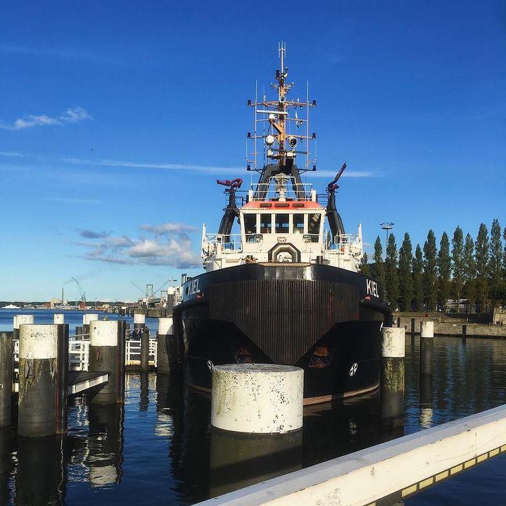 In so einem schönen sonnigen Kiel kann die Woche doch nur gut beginnen.  _______ #kiel #sonne #mehrmeer #schiff #himmel #blau #montag