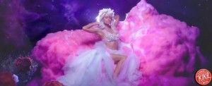 """Corone di fiori, unicorni, arcobaleni. Paris Hilton è tornata in forma smagliante, per il lancio della sua nuova Hit estiva: """" Come Alive"""". Nel complesso, e laddove contestualizzata, la bionda ereditiera più famosa d'America, è riuscita nell'impresa: confezionare un prodotto con cura dei minimi dettagli . La canzone non brilla musicalmente, ma tutto sommato che […]"""