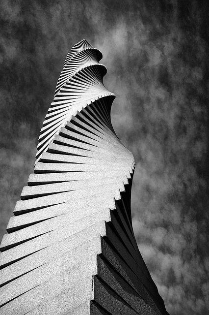 Columnas UAB-Andreu Alfaro by MegAhorro on Flickr.A través de Flickr: Aquí más información sobre las columnas:www.uab.es/servlet/Satellite/conoce-la-uab/las-columnas-d… Blanco y negro en GIMP con c2g gelg.