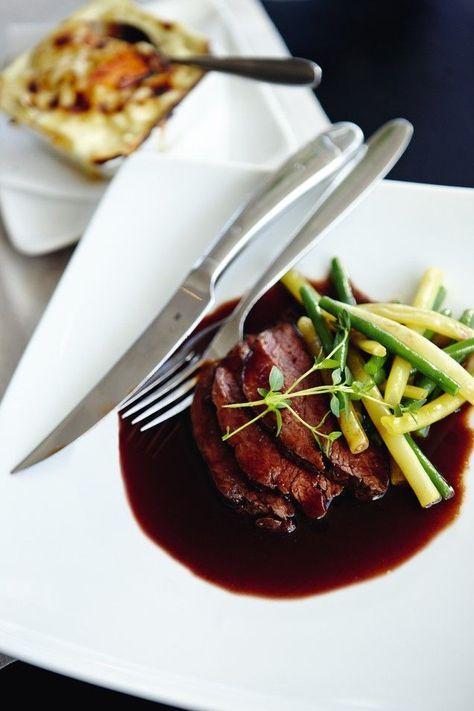 Rödvinssås - här är det godaste receptet!Det här är ett recept på en klassisk sås som är fantastiskt god, enkel med relativt få ingredienser, och lättlagad! En rödvinssås går att använda till många olika typer av maträtter, men smakar kanske allra godast till en riktigt saftig bit kött. Fler recept på rödvinssås hittar du här.