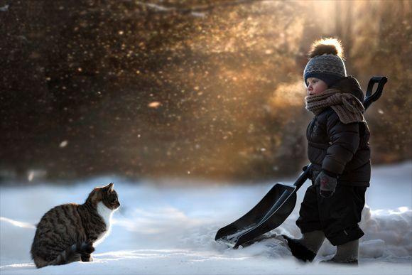 心地よい空気が流れてくる。ロシアの農場で暮らす子どもと動物たちの触れ合いを母親が撮影したほっとする写真 : カラパイア