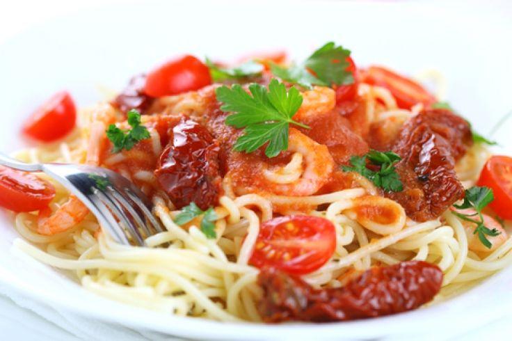 Μεσογειακή μακαρονάδα με λιαστές ντομάτες και κρασί