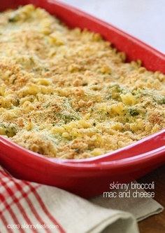 Skinny Baked Broccoli Macaroni and Cheese – Cheesy macaroni and broccoli topped with bread crumbs and baked to perfection. #weightwatchers #meatlessmondays #comfortfood #vegetarian