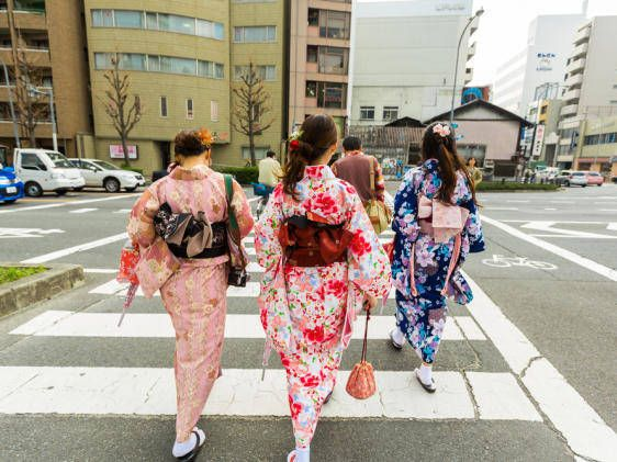 Some outfits never go out of fashion. Kimonos are a prime example – they've been making people look elegant for centuries. These stylish rags certainly aren't cheap though – unless you know where to look … If you stand in […]
