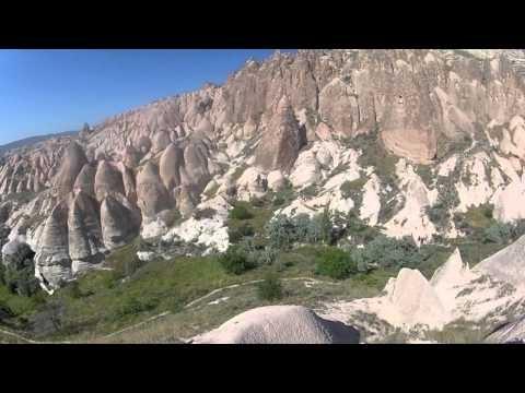Randonnées en Cappadoce (Turquie)  Avec ces paysages lunaires, la Cappadoce est une destination surprenante. Voyageons-Autrement est parti accompagné de Chamina Voyages, à la découverte de cette région de la Turquie. Au programme, de la randonnée dans les canyons et les différentes vallées qui composent la Cappadoce, découverte des maisons troglodytes et des églises rupestres et vol en Mongolfière au dessus de la Cappadocce. La Cappadoce avec Chamina Voyages : http://bit.ly/NOQxXU
