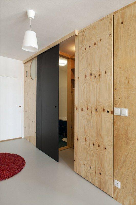 """Posuvné dveře oddělující koupelnu, toaletu a spíž od hlavního prostoru jsou nalakované """"tabulovou"""" barvou a připravené pro dětskou výtvarnou..."""