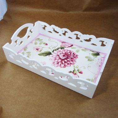 Bandeja em MDF branca 24 x 35 com recortes e tecido floral |