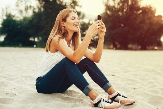 Młoda kobieta trzymająca telefon