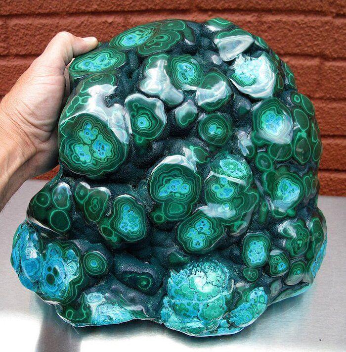 Verdi cristalli di malachite sembrano come coperti di gocce di vernice dai colori accesi