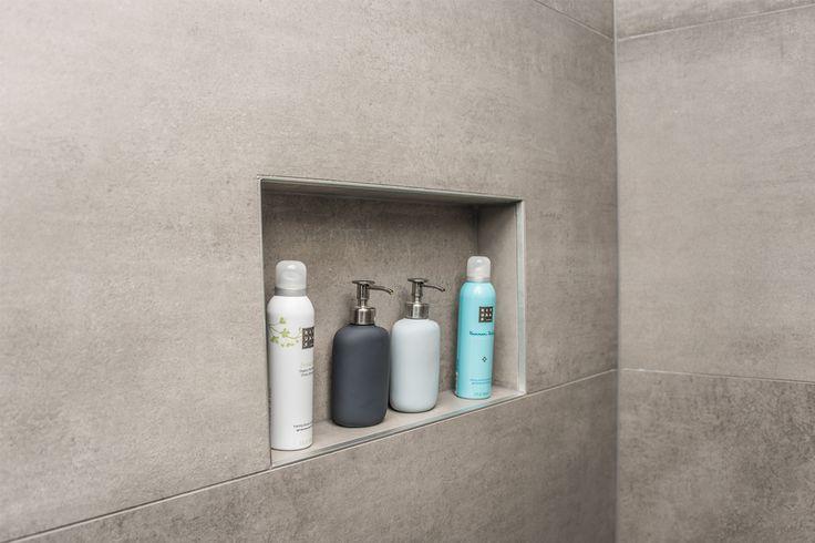 25 beste idee n over betegelde badkamers op pinterest badkamers kleine badkamer tegels en - Glas betegelde badkamer bad ...