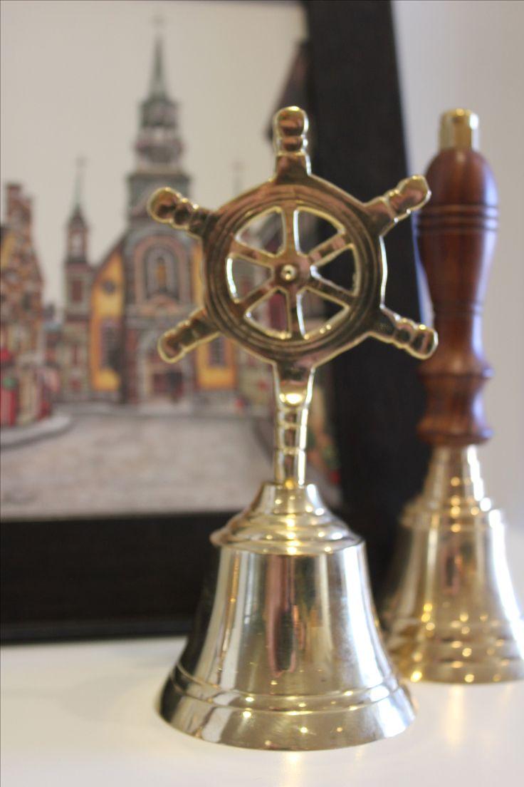 Cloche à motif nautique devant un laminé de Chapelle Notre-Dame-de-Bon-Secours, aussi appelée la chapelle des marins.