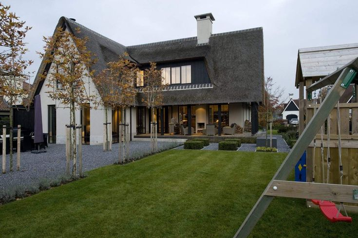 In een landelijk gebied aan de rand van Almelo ligt deze opvallende villa.  Opvallende eigentijdse villa  De stijl van deze villa is niet in 1 woord te vatten. Het is modern eigentijds maar ook klassiek en landelijk.    De
