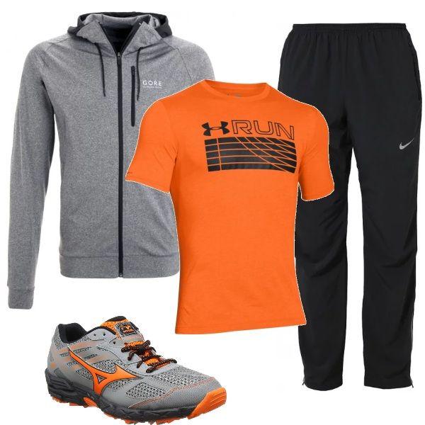 Abbigliamento sportivo, adatto per chi fa jogging: felpa con cappuccio, grigio mélange, maglietta arancio in tessuto tecnico, assorbi odori, pantaloni neri morbidi e scarpe da corsa, in tinta con il resto del look.