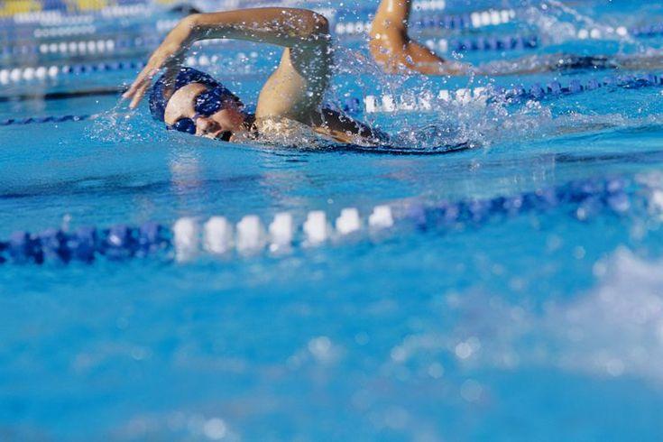 Ejercicios en tierra para nadar sin pesas. Podría ser que no pienses en la natación como un deporte de fuerza, pero mejorar tu fuerza muscular puede mejorar tu rendimiento en la piscina. Incluso si estás satisfecho con tu velocidad de nado, estarás impresionado con los incrementos de resistencia y ...
