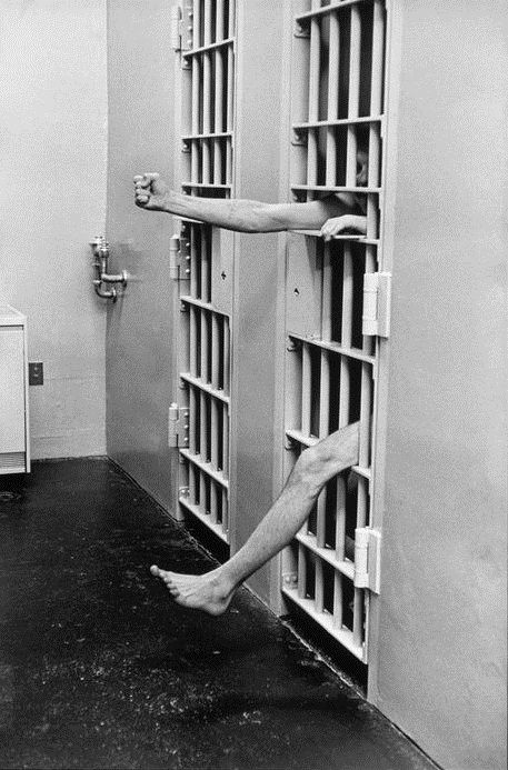 Clowning Around, Part 2: Henri Cartier-Bresson, Cachot d'une prison modèle, États-Unis, 1975