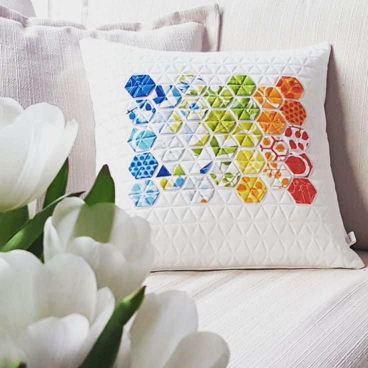Nähen Sie ein modernes Kissen, das Lust auf den Frühling macht. Verwendet werden die Techniken Englisch Paper Piecing, Quilten und Nähen.