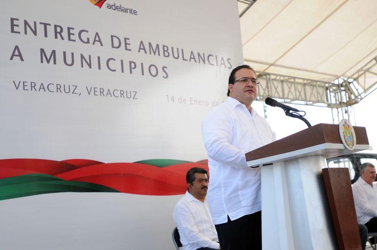 Durante la entrega de ambulancias, el gobernador Javier Duarte de Ochoa, dijo que la piedra angular del sistema estatal de salud es un personal altamente calificado y comprometido con el bienestar de todos y el autocuidado corresponsable de la salud, como la mejor medida preventiva.