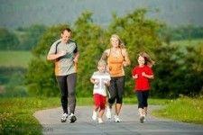 ACTIVIDAD FÍSICA - CONSEJOS PARA PADRES DE FAMILIA: La actividad física crea una base firme para una vida saludable. Tanto usted como sus hijos salen ganando. La actividad física puede: a) Mejorar la autoestima y la capacidad de aprendizaje. b) Ayudar a los niños a controlar el estrés. c) Desarrollar y mantener huesos, músculos y articulaciones saludables. d) Ayudar a controlar el peso.