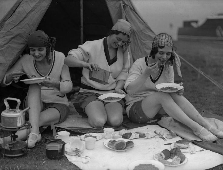 IlPost - Colazione in campeggio - Tra campeggiatrici fanno colazione allaria aperta in una località non identificata dellInghilterra, nellaprile del 1931 (Fox Photos/Getty Images)