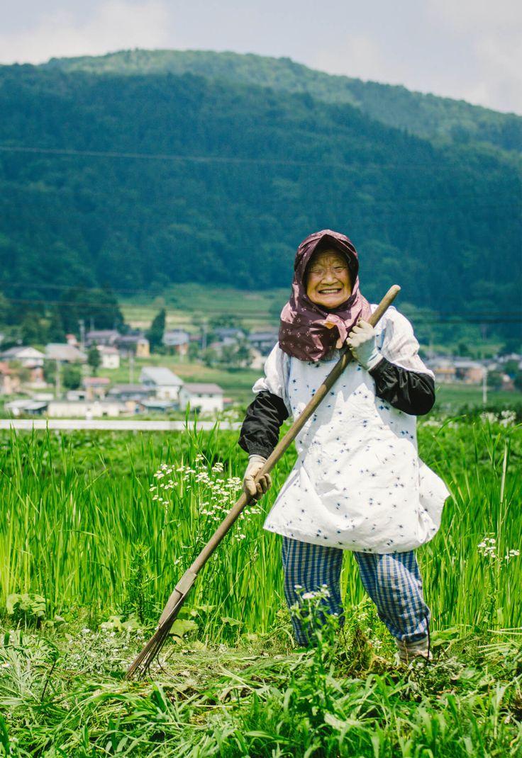 とあるフリーペーパーがネット上で話題になっています。  話題になっているのは、地方にいるイケてるじいちゃん・ばあちゃんをスタイリッシュに発信している「鶴と亀」というフリーペーパー。長野県のお...