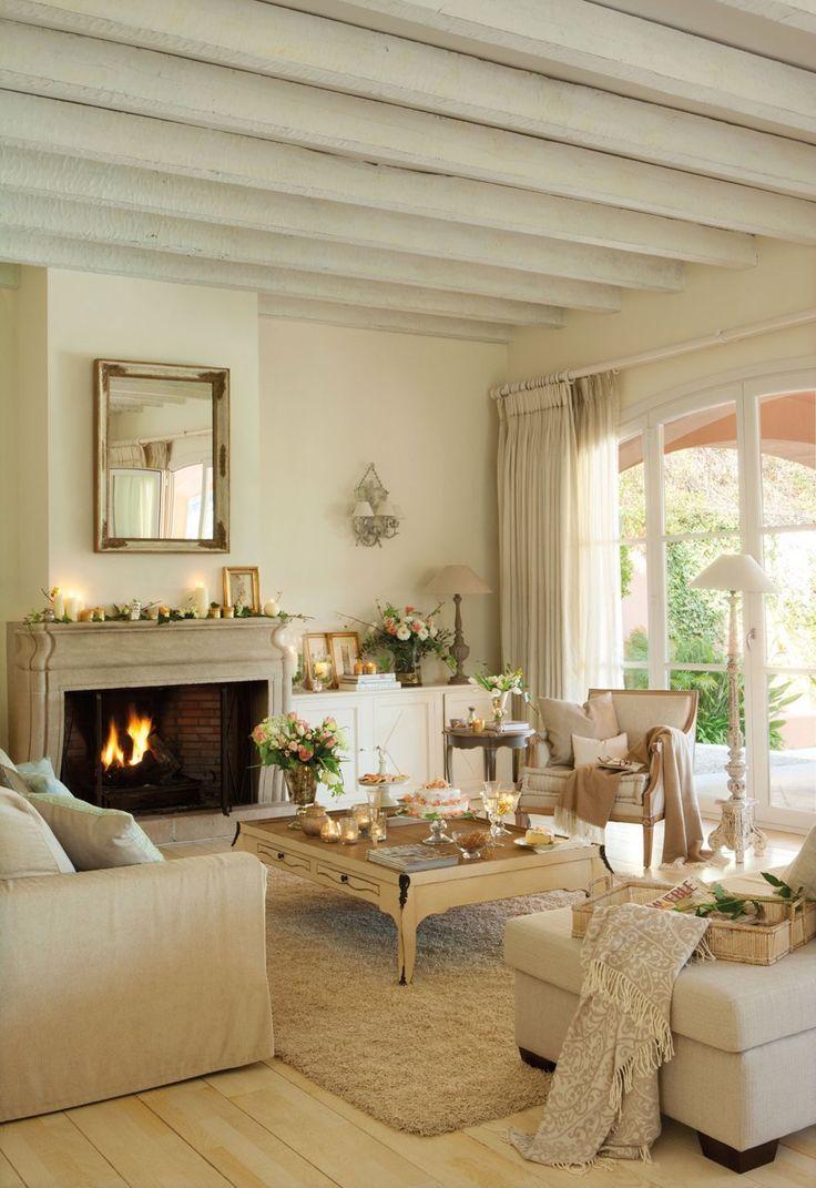 Hermosa sala en tonos crema con chimenea