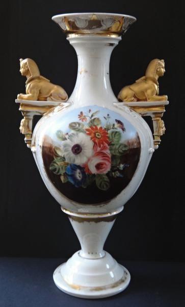 Porcelánová váza se sfingami