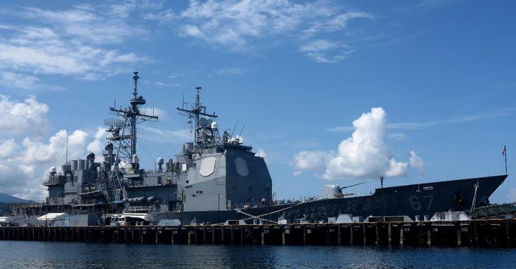 """Cruzador norte-americano é ancorado na Baía de Subic, antiga base naval dos EUA nas Filipinas, neste sábado (30), como parte da pressão dos EUA sobre a China no mar da China. O gigante asiático é protagonista de crescentes tensões sobre a construção de ilhas artificiais em territórios marítimos reivindicadas por países vizinhos, incluindo as Filipinas, aliado militar dos EUA. Os Estados Unidos exigiram neste sábado o """"fim imediato"""" das obras de ilhas artificiais"""