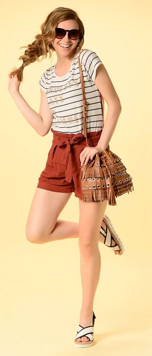 Полосатая футболка, красная юбка, коричневая сумка, красные туфли