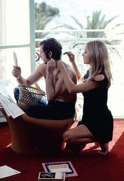 JACK GAROFALO (1923-2004) Lors du 21e Festival de Cannes: dans leur chambre d'hôtel, Sharon Tate coupe les cheveux de son mari Roman Polanski (membre du jury). Mai 1968. 52 x 78 cm. Tirage postérieur sur… - Cornette de Saint Cyr maison de ventes - 03/05/2016