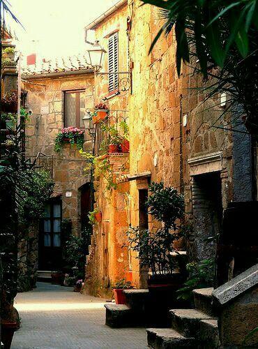 Meravigliosi borghi Toscani per passeggiare e scoprire posti come questo in Pitigliano.. Celia :)