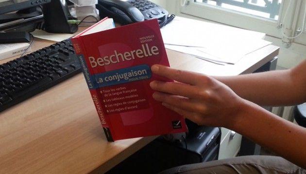 LE PLUS. Le Bescherelle fête ses 100 ans! Et même en 2013, il se vend toujours à un million d'exemplaires tous les ans. Comment expliquer un tel succès à l'heure des correcteurs Word et autres? Pourquoi a-t-on toujours besoin de la grammaire? Explications de Guillaume Terrien, champion de France d'orthographe.