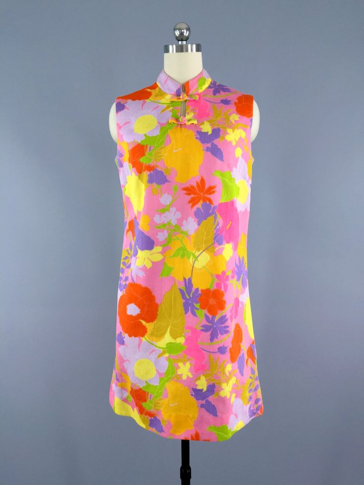 Lovely 1960s novelty print shift dress by Sun Fashions of Honolulu. Cotton/poly woven faille style fabric. Mandarin collar with frog closures, back zipper. In excellent condition apart from a faint li